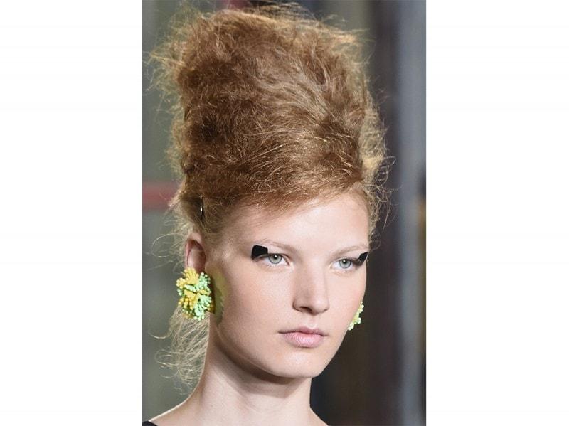 Per la sfilata di Antonio Marras, l'hair stylist James Pecis si è ispirato ai primi anni '60 per creare una cotonatura maxi sulla cofana altissima.