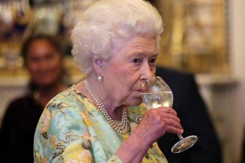 Volete cenare con la Regina Elisabetta? Allora memorizzate queste 5 regole