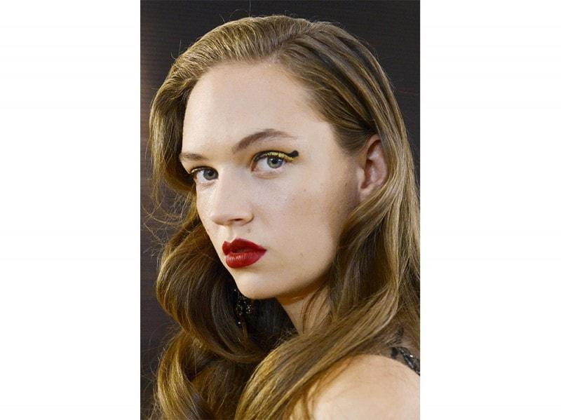 10-trucchi-per-le-feste-eyeliner-glitter-oro-elie-saab-800×599