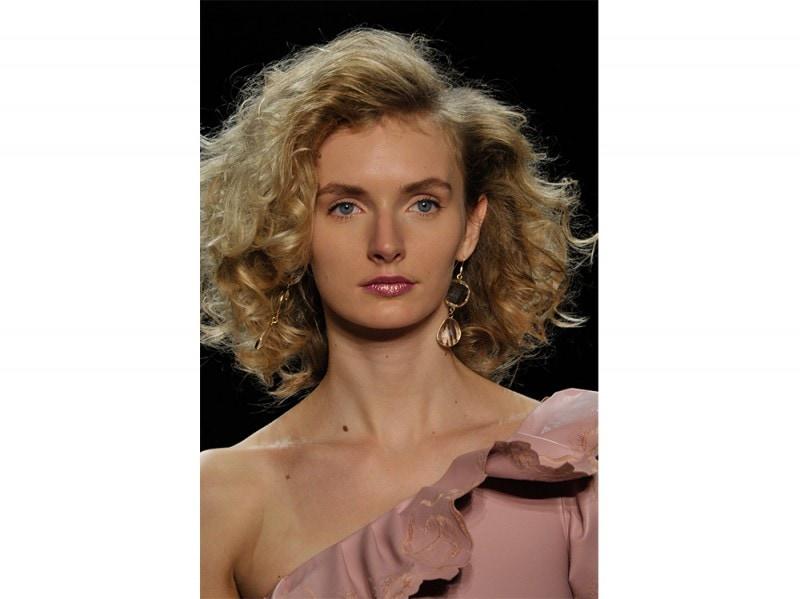 Chiara-Boni-La-Petite-Robe_Aigner_capelli-ricci-primavera-estate-2017-800×599