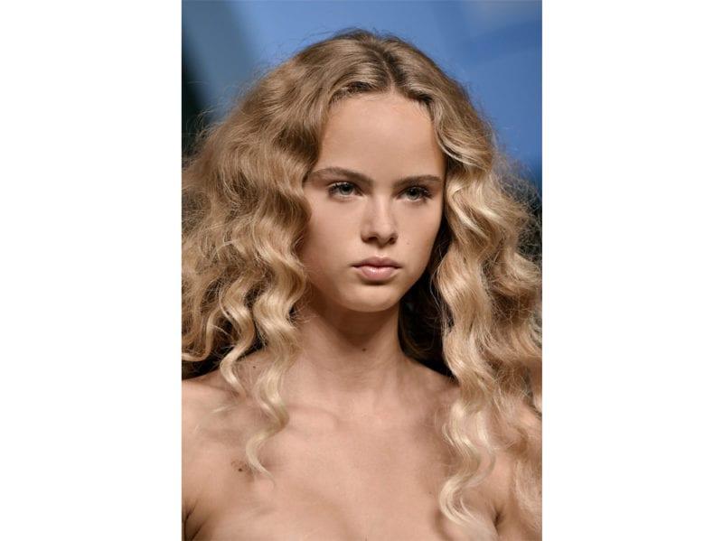 acconciature-capelli-ricci-sciolti-04-800×599