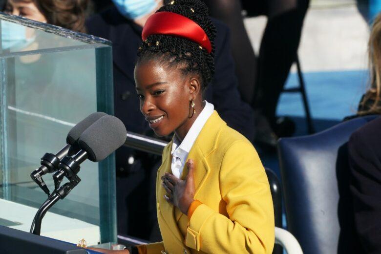 Amanda Gorman, la giovane poetessa che ha incantato la Casa Bianca con la sua poesia (e con quel cappotto e quel cerchietto)