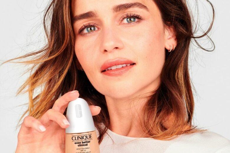 Emilia Clarke, make-up ambassador del nuovo Even Better Clinical™ Serum Foundation SPF 20 di Clinique