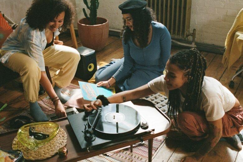 """Pandora celebra le donne con tre video-storie dedicate al potere della """"sorellanza"""""""