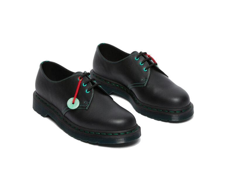 scarpe-con-charm-color-giada-e-filo-rosso-intrecciato-DR-MARTENS