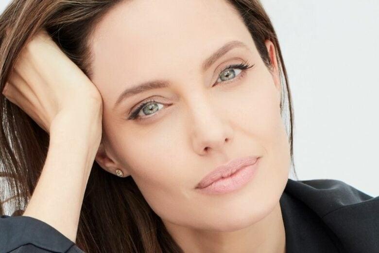"""Angelina Jolie, madrina di """"Women for Bees"""" con Guerlain e Unesco"""