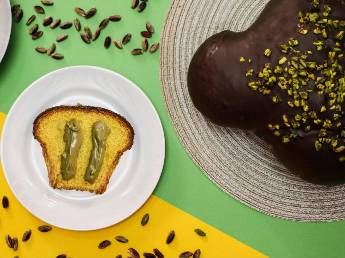 Pasticceria Pistì colomba farcita pistacchio ricoperta cioccolato fondente Colombe e uova pasqua artigianali delivery