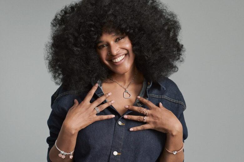 Tra maternità e empowerment: Iris Gold al centro del nuovo progetto di Pandora che celebra le mamme