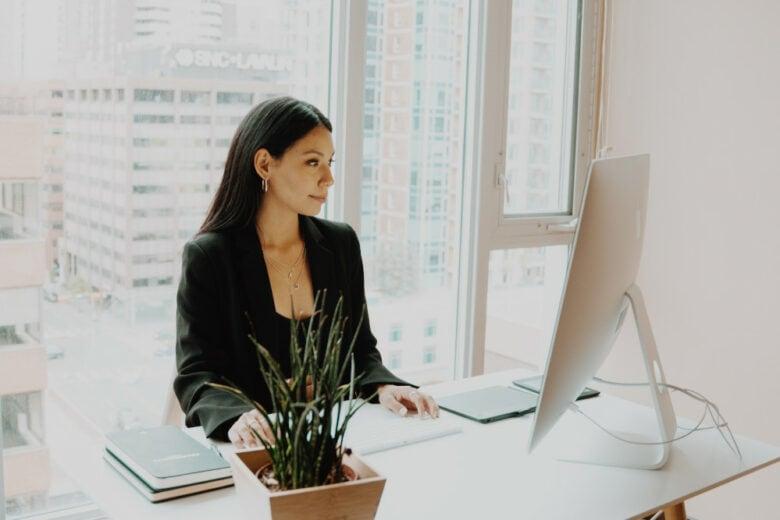 6 regole per non rovinarsi la postura (e la vita) con lo smart working
