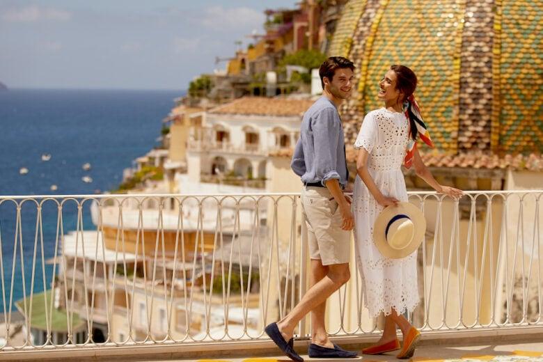 Cogliere un fico su una terrazza della Costiera Amalfitana