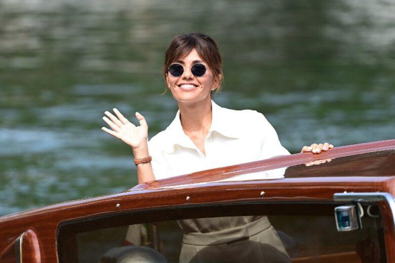 I primi look della madrina Serena Rossi sono il modo migliore per cominciare Venezia 78