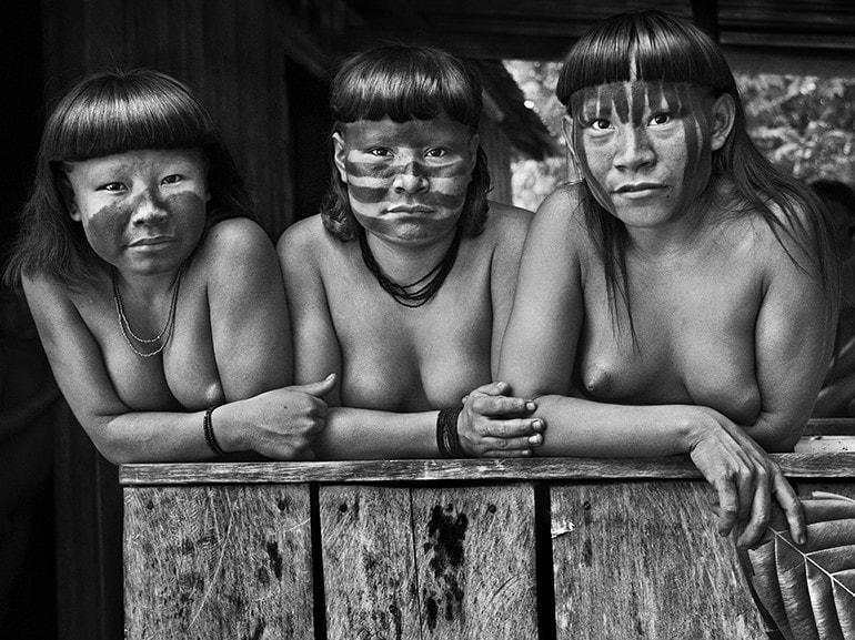 Sebastio Salgado Contrasto Giovani donne Suruwaha Stato di Amazonas Brasilel 2017